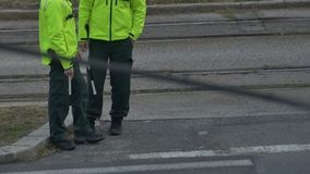 El esperar de los policías del camino metrajes