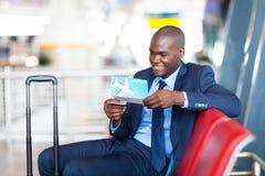 El esperar del aeropuerto del hombre de negocios Imagen de archivo