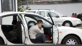 El esperar en coche. Imágenes de archivo libres de regalías