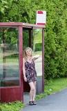 El esperar en la parada de omnibus Imagen de archivo libre de regalías
