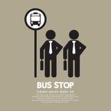 El esperar en una parada de autobús Imagen de archivo libre de regalías