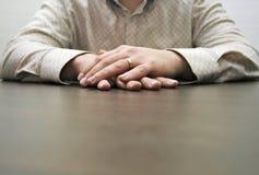 El esperar masculino de las manos Fotografía de archivo libre de regalías