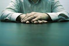 El esperar masculino de las manos Imagen de archivo libre de regalías