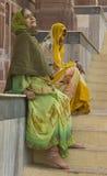El esperar mientras que la madre se reclina imagen de archivo