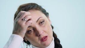 El esperar nervioso de la mujer joven aislado almacen de video