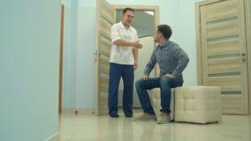 El esperar paciente masculino que se invitará para cuidar la oficina del ` s Imágenes de archivo libres de regalías