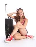 El esperar pila de discos muchacha bonita del adolescente con la maleta Imágenes de archivo libres de regalías