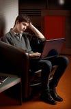 El esperar sobre la computadora portátil Imagen de archivo libre de regalías