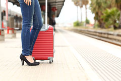 El esperar turístico del viajero en una estación de tren Imagen de archivo