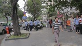 El esperar vietnamita delante de consulado de los E.E.U.U. en Ho Chi Minh, Vietnam