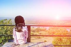 El esperar y mirada del niño hacia fuera el paisaje Fotografía de archivo libre de regalías