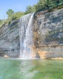 El espray cae arco iris, nacional representado de las rocas a orillas del lago, MI fotografía de archivo