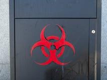 El espray del Biohazard pintó el logotipo en un envase de acero al aire libre imagen de archivo