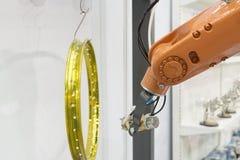 El espray del robot de pintura la pintura Imagen de archivo