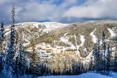 El esquí abajo al pueblo de Sun enarbola Foto de archivo