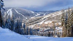 El esquí abajo al pueblo de Sun enarbola en un paisaje del invierno Foto de archivo libre de regalías