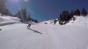 El esquí activo de la mujer que talla en la montaña Ski On The Highway And tiene adrenalina metrajes