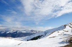 El esquí corre a medio galope en Azuga, Rumania Foto de archivo libre de regalías