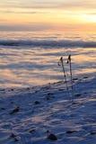 El esquí pega la inversión del invierno de las montañas Imagen de archivo