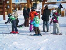El esquí se inclina en las montañas del centro turístico del invierno de Les Houches, montañas francesas Foto de archivo libre de regalías