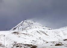 El esquí se inclina en poco año de la nieve en el día del mún tiempo Imágenes de archivo libres de regalías