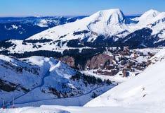 El esquí se inclina llevando a Avoriaz Fotografía de archivo libre de regalías