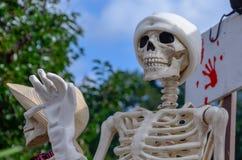 El esqueleto sonriente feliz agita hola fotos de archivo