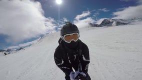 El esquiador activo, con adrenalina en su sangre, rueda rápidamente abajo la cuesta del esquí almacen de metraje de vídeo