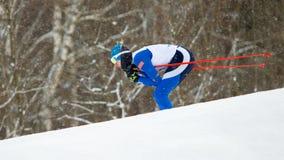 El esquiador corre la carrera de las obras clásicas Foto de archivo libre de regalías
