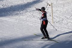 El esquiador de la competencia del esquí del ` s de los niños rompió el palillo Imagen de archivo