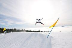 El esquiador de sexo masculino coge el aire grande. Foto de archivo