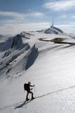 El esquiador dejó el valle Foto de archivo libre de regalías