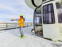 El esquiador del adolescente de la muchacha sale del teleférico Foto de archivo libre de regalías
