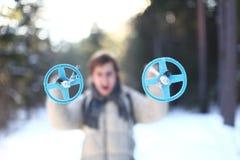 El esquiador está gritando en el bosque (el foco en postes) Imágenes de archivo libres de regalías