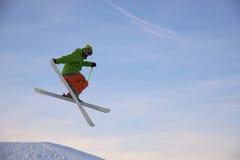 El esquiador está saltando Fotografía de archivo libre de regalías