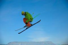 El esquiador está saltando Fotos de archivo