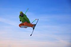 El esquiador está saltando Foto de archivo libre de regalías