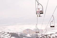 El esquiador hermoso levanta para arriba en la telesilla Fotografía de archivo libre de regalías