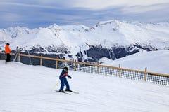 El esquiador joven goza el esquiar en la cuesta en las montañas austríacas Fotos de archivo libres de regalías