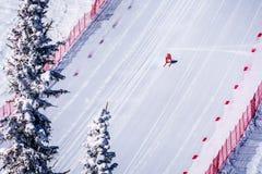 El esquiador que compite con abajo de la cuesta escarpada del esquí de la velocidad en el desafío de la velocidad y FIS apresuran Fotos de archivo