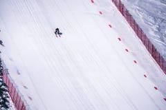 El esquiador que compite con abajo de la cuesta escarpada del esquí de la velocidad en el desafío de la velocidad y FIS apresuran Fotografía de archivo