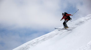El esquiador que salta arriba Fotos de archivo
