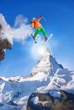 El esquiador que salta contra el pico de Cervino en Suiza Foto de archivo libre de regalías