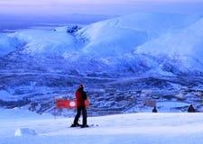 El esquiador quiere moverse hacia fuera desde la montaña en un lugar prohibido en este tiempo debido a las condiciones atmosféric fotografía de archivo