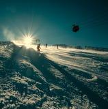 El esquiador resbala abajo en la cuesta de la nieve Imágenes de archivo libres de regalías