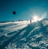 El esquiador resbala abajo en la cuesta de la nieve Imagenes de archivo