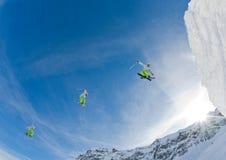 El esquiador salta Imagen de archivo libre de regalías