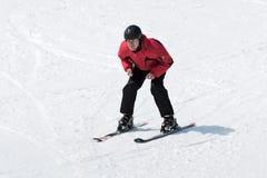 El esquiador sin el esquí pega venir abajo el esquí de la montaña Fotografía de archivo libre de regalías