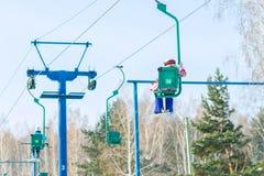 El esquiador sube en la elevación de silla a la pista Foto de archivo libre de regalías