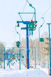 El esquiador sube en la elevación de silla a la pista Imagen de archivo libre de regalías